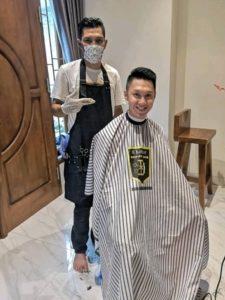 Pengalaman yang asyik banget ngedatengin tukang cukur ke rumah. Gue ngerasa kayak presiden ada tukang cukur pribadi.